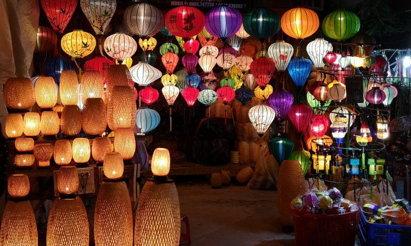 Nocny targ (Night Market) w Hoi An - stoisko z lampionami