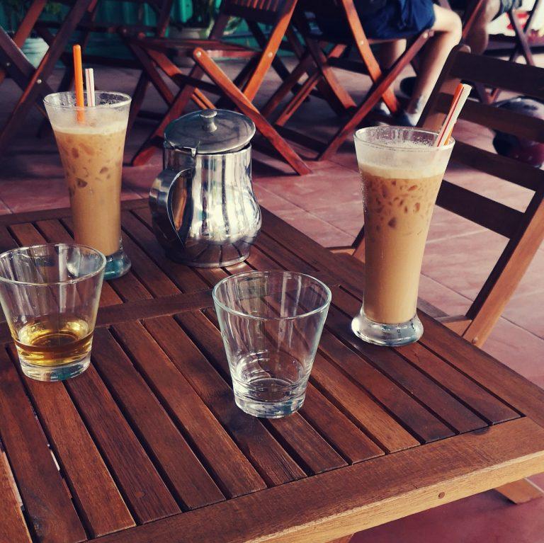 Kawa po wietnamsku: Ca phe sua da - kawa mrożona z mlekiem kondensowanym. Vietnamese coffee