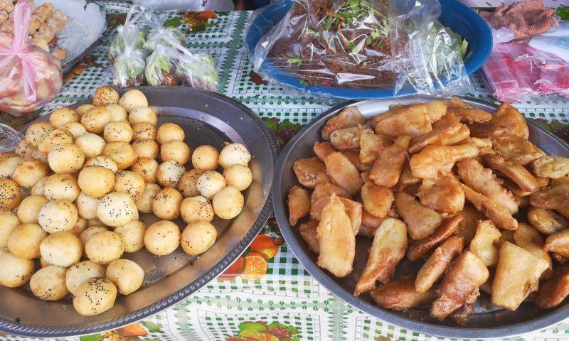 Loatańskie słodkości na targu w Lao Sak