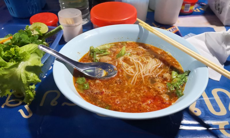 (Przy)smaki Laosu: Khao Poon - ostra zupa z makaronem ryżowym i wieprzowiną.