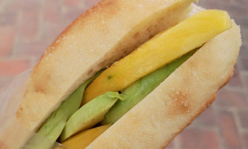 Laos: Kanapka z mango i awokado