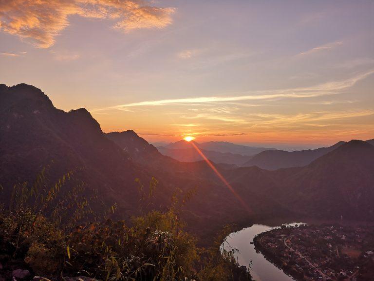 Zachód słońca - Punkt widokowy Phadeng Peak w Nong Khiaw. Widok na rzekę Nam Ou.