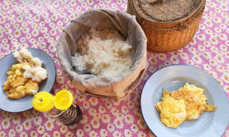 Loatański posiłek: Klepisty ryż i jajko. Lepki ryż przechowywany jest w specjalnym pojemniku - KRATIP