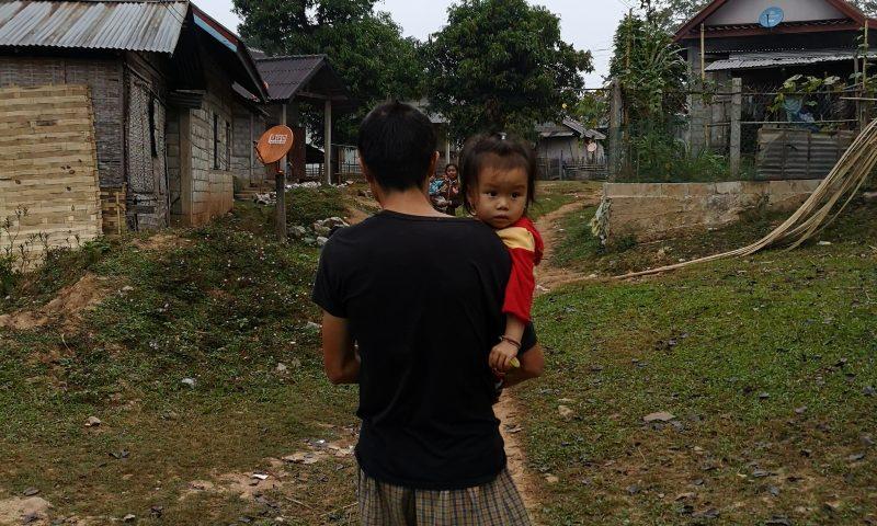 Okolice Nong Khiaw w Laosie. Ojciec z córką.