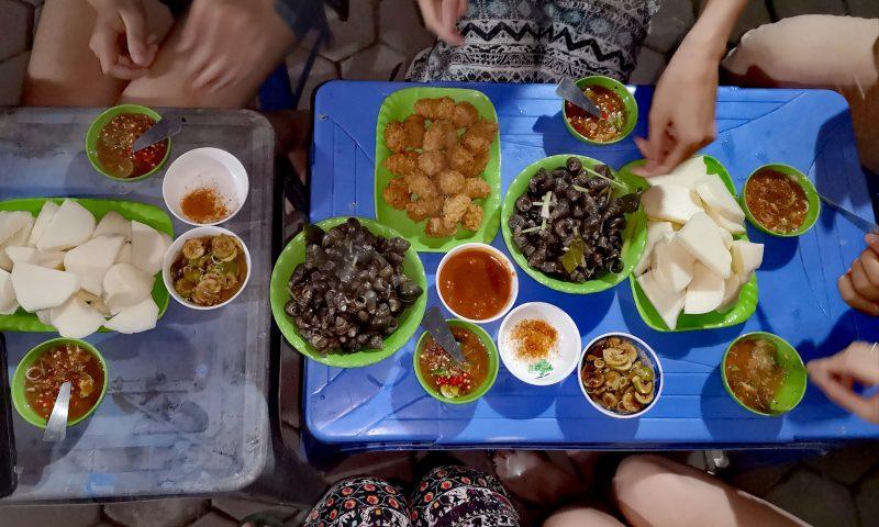 Wolontariat w Wietnamie - wspólna kolacja na nocnym targu w Hanoi - ślimaki, kurze łapki i inne pyszności.