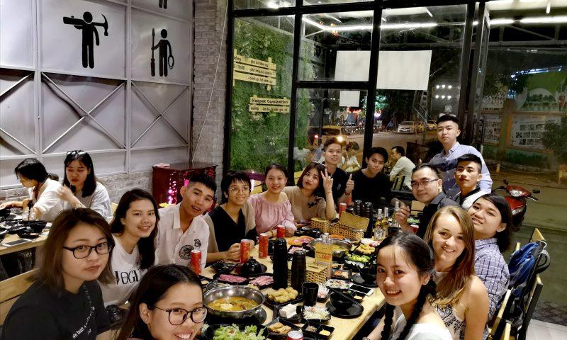 Wolontariat w Wietnamie - w wietnamskiej restauracji-wieczór pożegnalny jednej z uczennic.