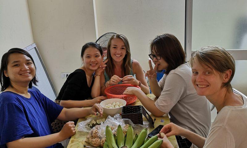 Wolontariat w Wietnamie - wspólne gotowanie. W kuchni z Wietnamkami