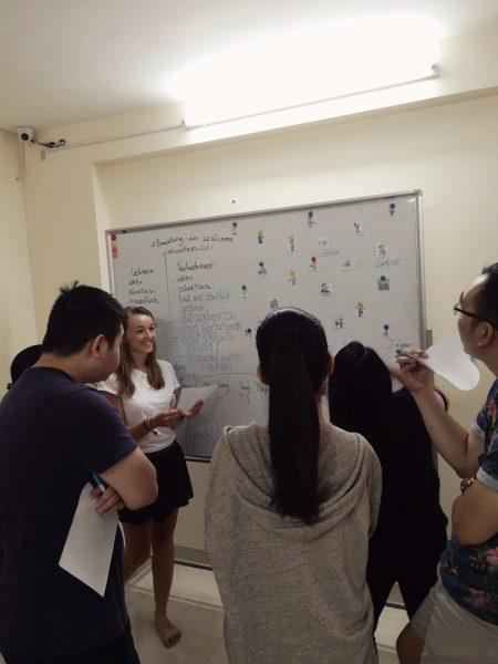 Wolontariat w Wietnamie -nauczanie niemieckiego w Hanoi. Uczymy się zawodów przy tablicy
