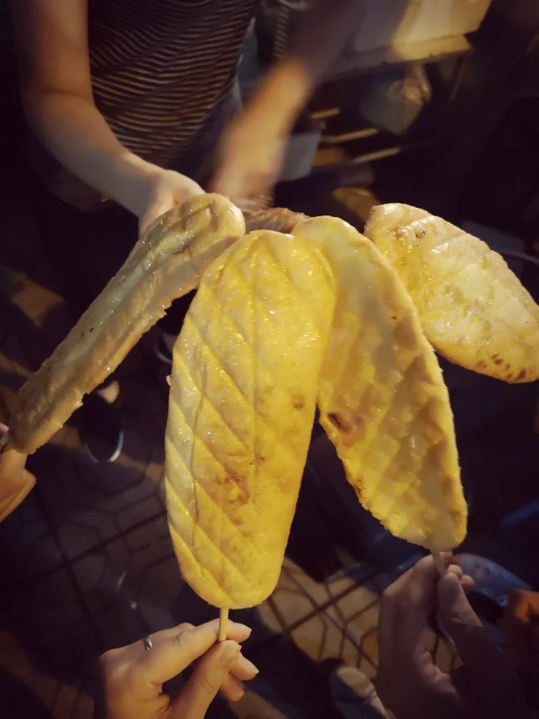 Wolontariat w Wietnamie - zawieranie przyjaźni i wspólne posiłki - chleb z miodem na nocnym targu w Hanoi
