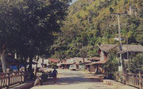 Nong Khiaw w Laosie - widok z mostu.
