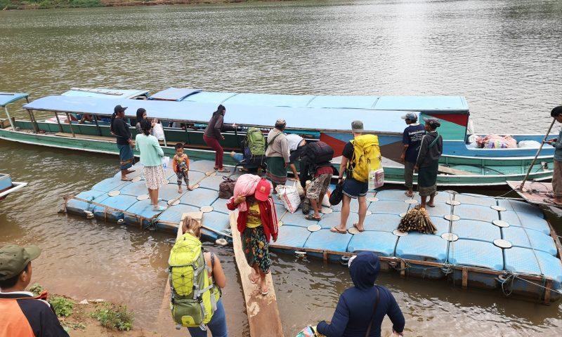 Przystań łodzi nad rzeką Nam Ou w Nong Khiaw - Laos. Miejsce zakupu biletów.