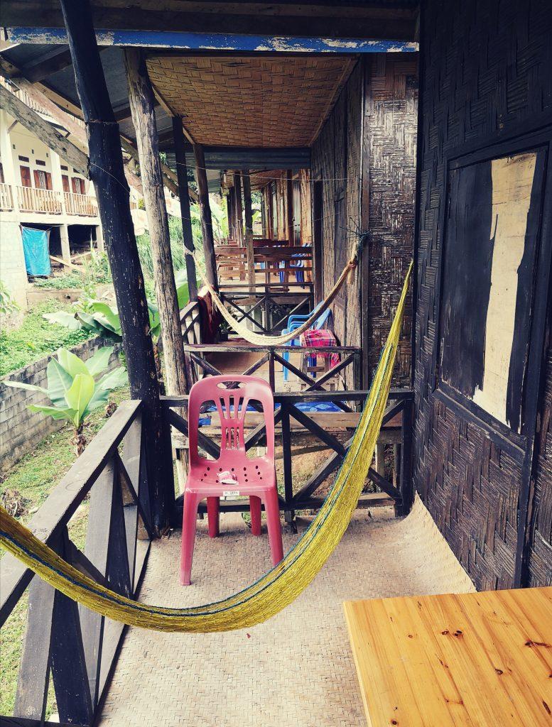 Nocleg w Nong Khiaw (Laos): Taras bungalow i hamak