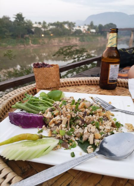 Kuchnia Laosu: Pad Lao Taohu - makaron ryżowy z tofu i sticky rice.