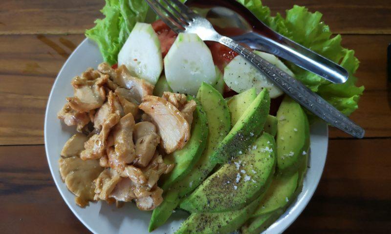 Street food w Laosie: Sałatka z awokado na targu w Luang Probang