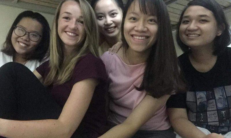Wolontariat w Wietnamie - wietnamskie przyjaźnie. Wspólne zdjęcie na łóżku w akademiku w Hanoi.
