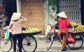 Wietnamki na rowerze z owocami w koszykach. Mniej znane atrakcje Hanoi.
