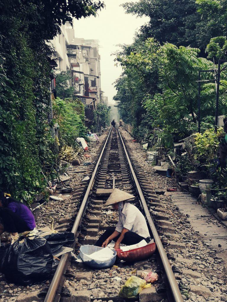 Atrakcja Hanoi - Tory kolejowe w Hanoi i pociąg przejeżdżający tuż obok mieszkańców. Train street