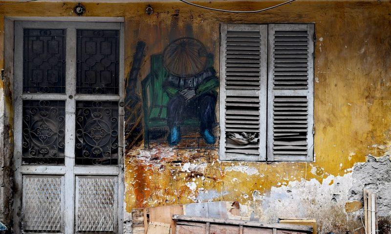 Życie codzienne mieszkańców Hanoi mieszkających wzdłuż torów kolejowych. Street art in Hanoi. Murale w Hanoi