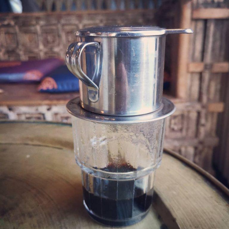 Ca phe den - wietnamska kawa bez mleka skondensowanego. Azjatycki klasyczny zaparzacz Phin