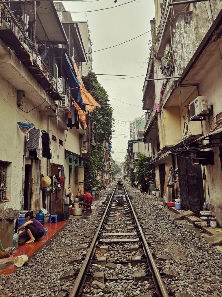 Mniej znane atrakcje Hanoi. Tory kolejowe w Hanoi i pociag przejeżdżający tuż obok mieszkańców.