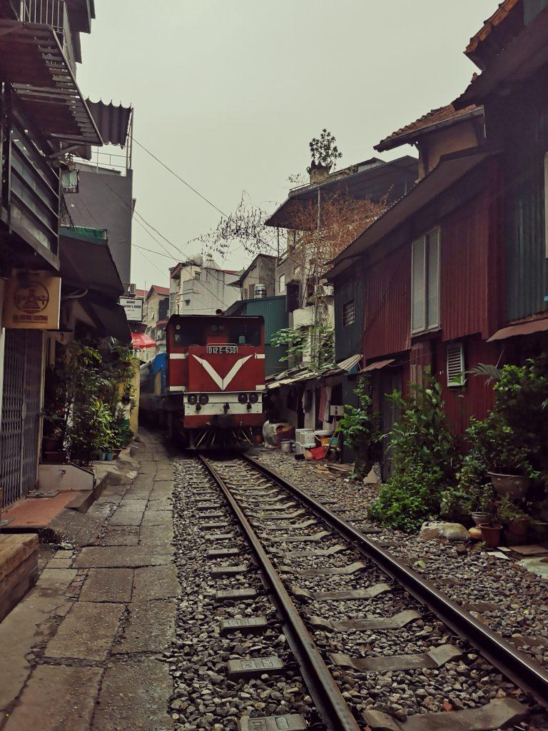 Mniej znane atrakcje Hanoi. Tory kolejowe w Hanoi i pociąg przejeżdżający tuż obok mieszkańców. Train Street in Hanoi