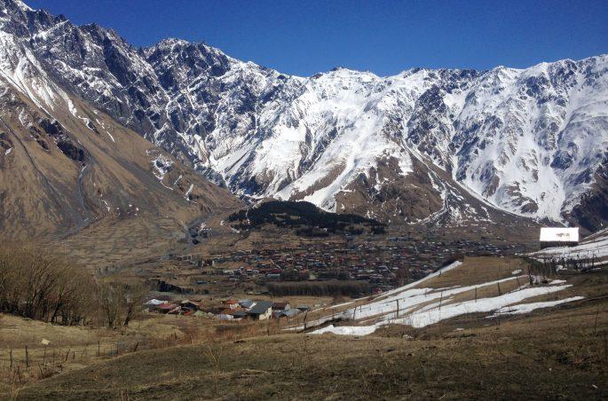 Największe atrakcje Gruzji: Kazbegi. Zwiedzanie Gruzji wiosną.