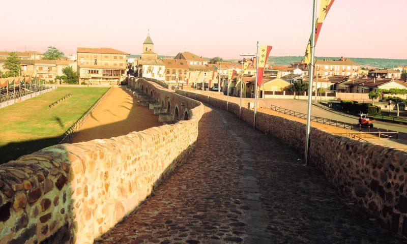 Z Leon do Santiago. Wschód słońca na moście w Hospital de Orbigo
