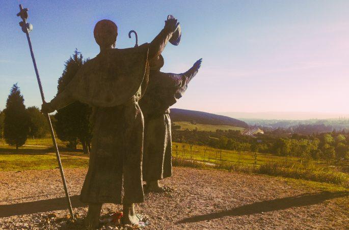 Pielgrzymi na Monte de Gozo - widok na Santiago de Compostela