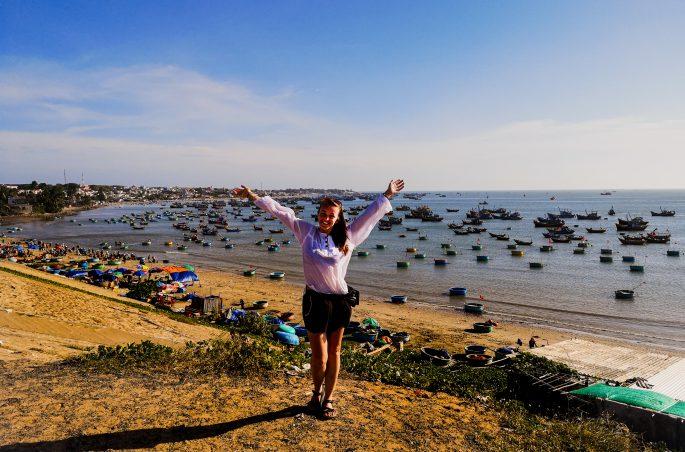 Plaża, wioska rybacka i tradycyjne wietnamskie łódki. Viola and the World