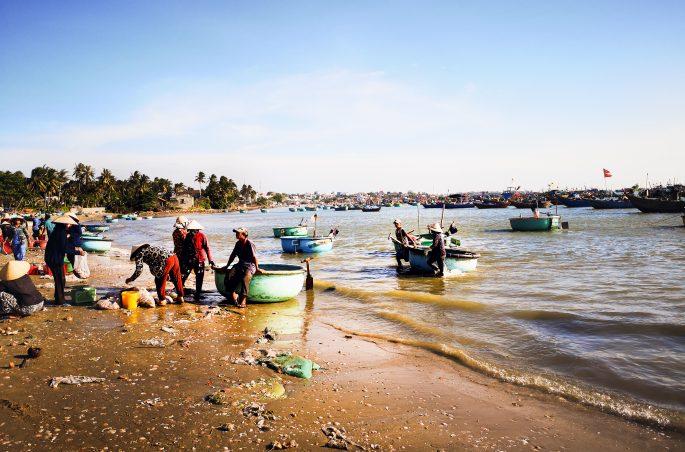 Plaża, wioska rybacka i tradycyjne wietnamskie łódki