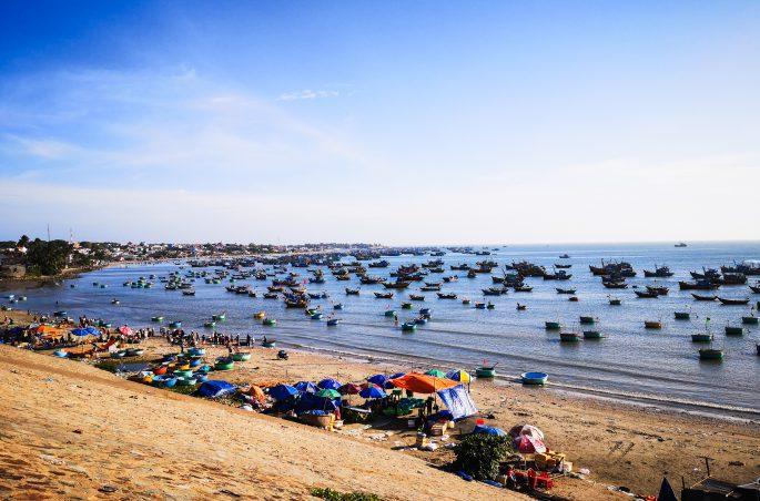 Plaża, wioska rybacka i tradycyjne wietnamskie łódki. Fishing Village Mui Ne Vietnam