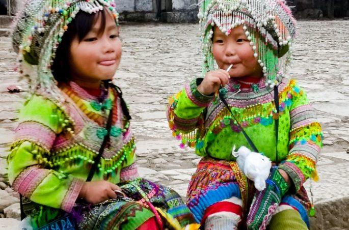 Mniejszość etniczna Hmong - dziewczynki w tradycyjnych strojach Północnego Wietnamu, Sa Pa