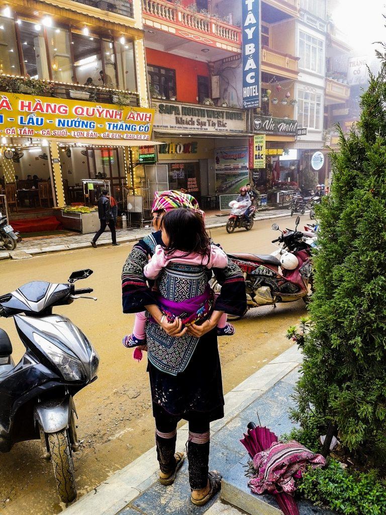 Mniejszość etniczna Hmong - mieszkańcy Wietnamu Północnego - tradycyjne stroje wietnamskie. Kobieta nosząca dziecko