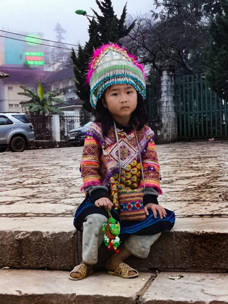 Mniejszość etniczna Hmong - Mieszkańcy Wietnamu Północnego - tradycyjne stroje wietnamskie. Dziecko wietnamskie