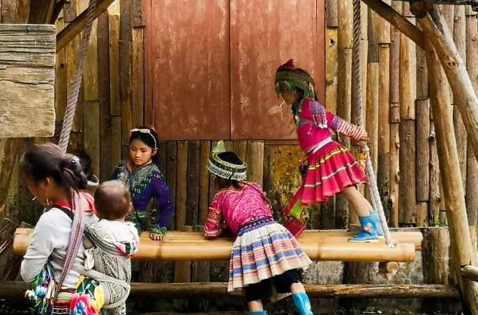 Zwiedzanie Sapy na własną rękę: Bawiące się dzieci Hmong