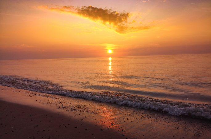 Weekend pod namiotem. Zachód słońca nad morzem (sunset sea). Polskie morze - Bałtyk