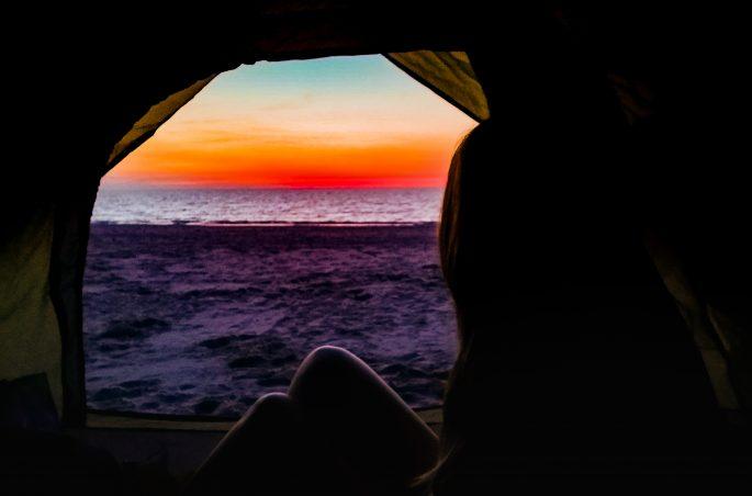Spanie pod namiotem - polskie morze. Zachód słońca widziany z namiotu. Viola and the World