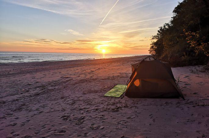 Zachód słońca nad Morzem Bałtyckim. Gdzie pod namiot w Polsce? Łukęcin, Poborowo. Polskie morze.