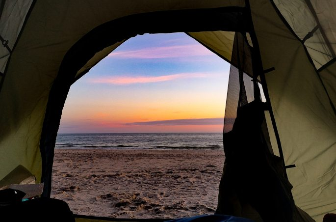 Weekend pod namiotem - polskie morze. Wschód słońca z namiotu. Bałtyk. Viola and the World