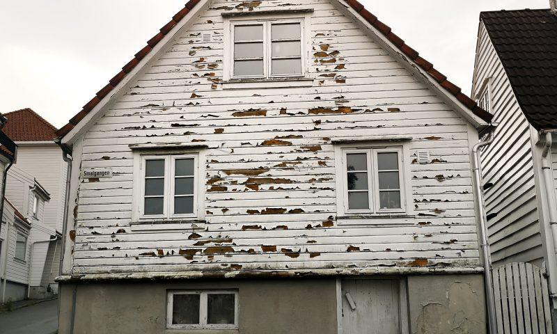 Zniszczony biały dom w Gamle. Dzielnica białych domów w Stavanger. White house in Stavanger