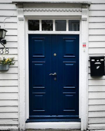 Co zobaczyć w Stavanger? Gamle - dzielnica białych domów. Domy norweskie. Drzwi