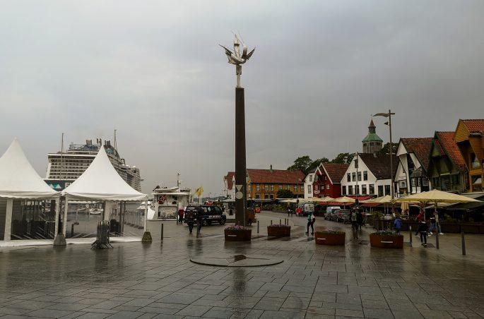 Co zobaczyć w Stavanger? Pomnik Sjøfartsmonumentet i widok na port. Ferry in Stavanger