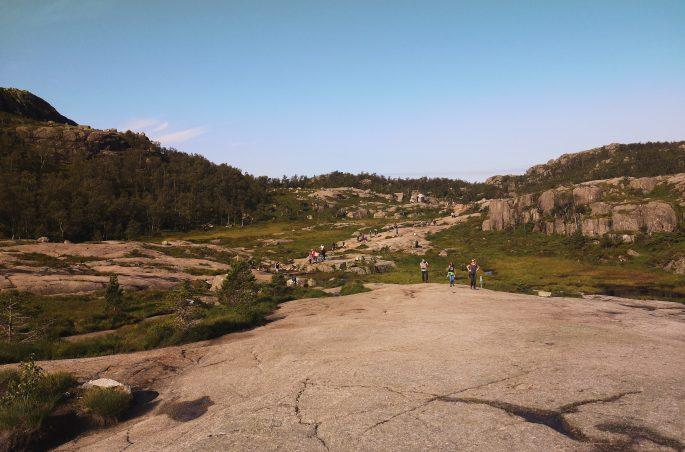 Szlak na półkę skalną w Norwegii. Trekking in Norway - mountain