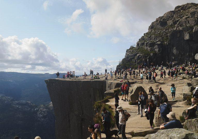 Masowa turystyka w Norwegii. Wejście na Preikestolen