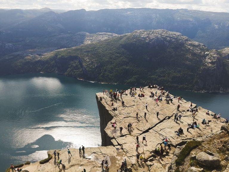 Widok na słynną półkę skalną w Norwegii