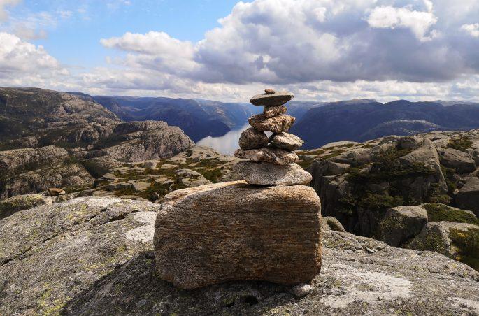 Jeden z wielu kamiennych stożków mijanych na szlaku. Mountain in Norway