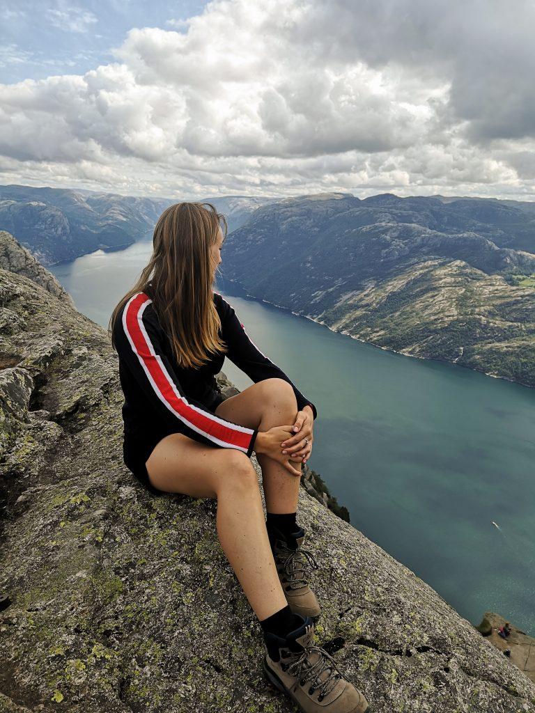 Viola w Norwegii - Viola and the World - samotna podróż po norweskich fjordach (Lysefjorden)