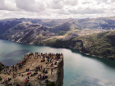 Widok z góry na Pulpit Rock (ambona, półka skalna) i na fjord (Lysefjorden)
