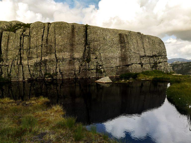 Ogromna skała na szlaku na Preikestolen. Norweskie krajobrazy