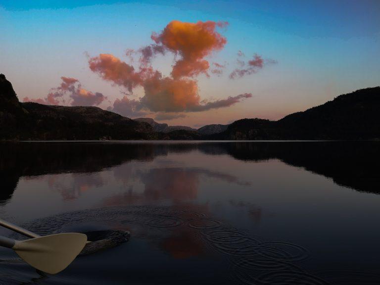 Kajaki w Norwegii - Kajakim po norweskich jeziorach. Zachód słońca na Preikestolen